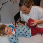 Osteópata tratando niño
